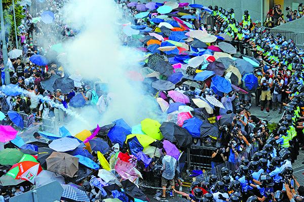 3年前的9月28日,警方向示威人士施放催淚彈,傘運隨即爆發;今日將會有團體舉辦紀念活動,並以水蒸汽模仿當日的催淚彈。(大紀元資料圖片)