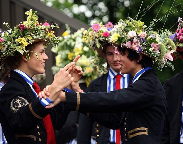 伊頓學生帶著用花朵裝飾帽子,將進行歷史悠久的划船遊行。(Christopher Furlong/Getty Images)