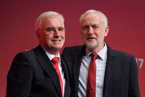 工黨影子內閣財政大臣麥克唐奈和工黨領袖郝爾彬。(Leon Neal/Getty Images)