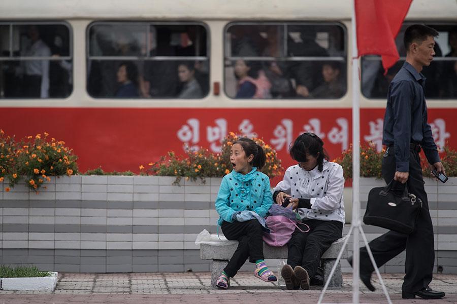 數十年來,金氏統治者一直在編造宣傳和謊言欺騙北韓人民,還利用西方兒童卡通片對該國兒童進行洗腦,灌輸戰爭情緒。(ED JONES/AFP/Getty Images)