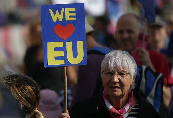 圖為支持歐盟的示威者。(DANIEL LEAL-OLIVAS/AFP/Getty Images)