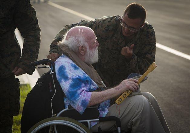 圖為颶風後,美軍從加勒比地區撤離一位腿腳不便的老人回美。(來源:U.S. Southern Command官網)