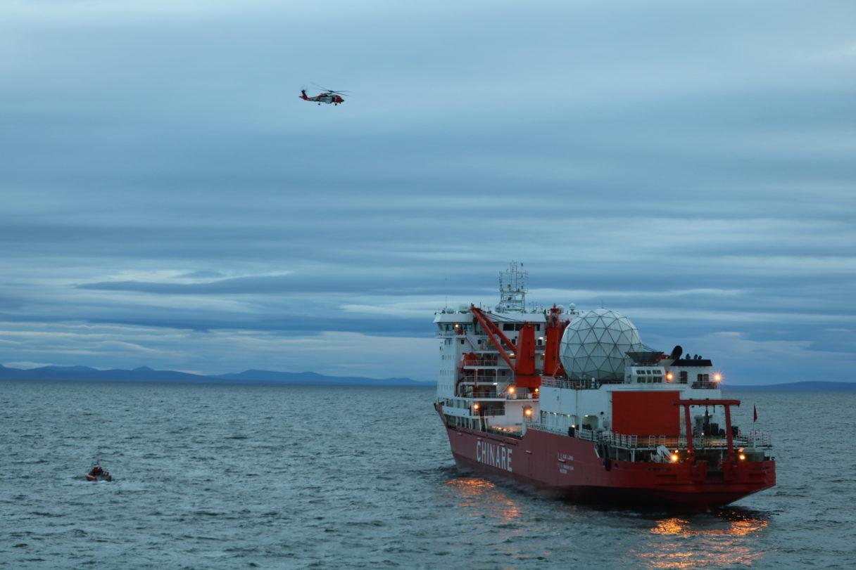 颶風中,美國海岸警衛隊派船隻和直升機接中國科考船上的中國籍船員,上岸接受治療。(U.S. Coast Guard photo)