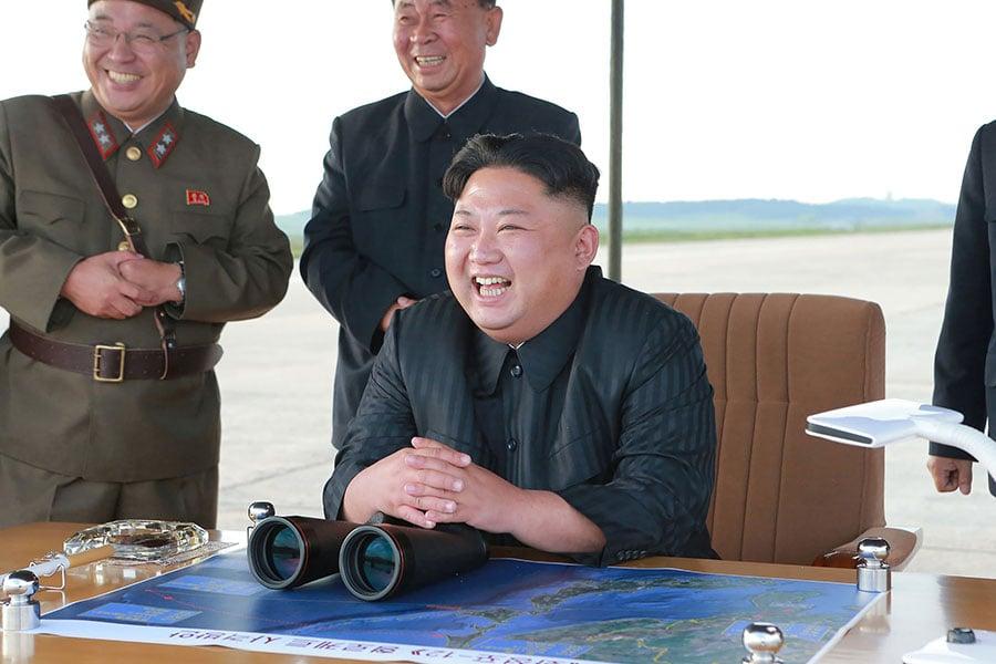 圖為9月16日朝中社發佈的一張照片,顯示北韓領導人金正恩觀察了導彈發射的過程。(STR/AFP/Getty Images)