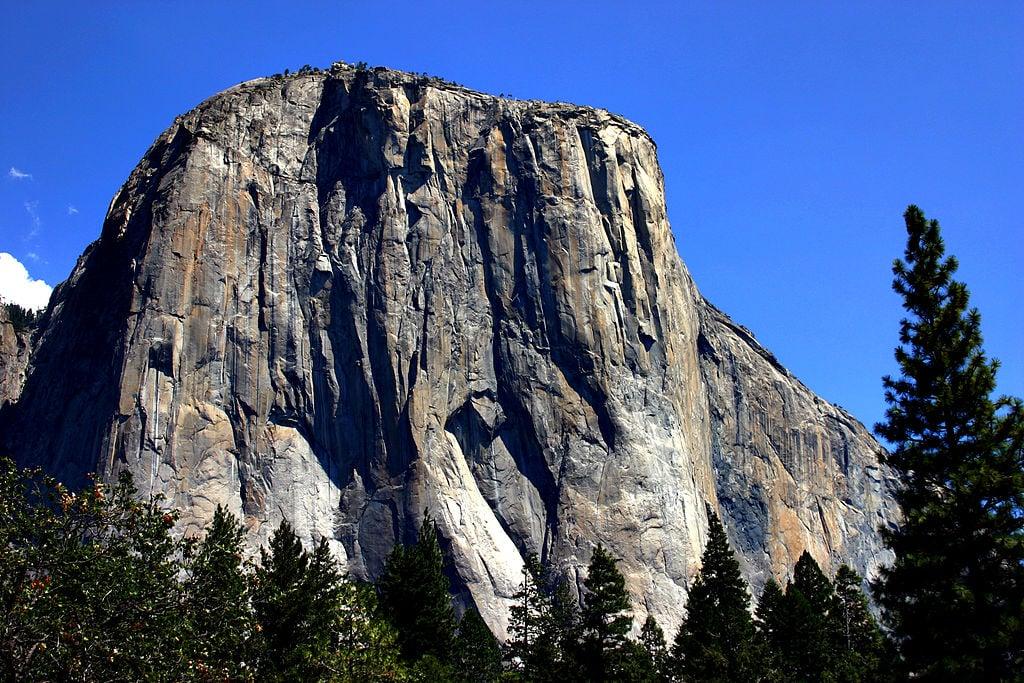 酋長岩是一塊拔地而起的花崗岩巨石,在整個優勝美地谷都看得到。(維基百科)