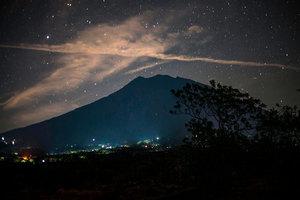 印尼峇里島火山恐爆發 12萬人撤離 多國預警