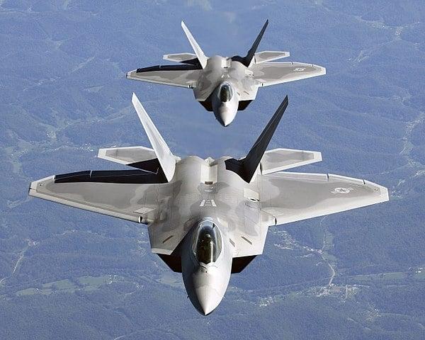 圖為兩架F-22猛禽戰鬥機在近距離列隊飛行。(維基百科)