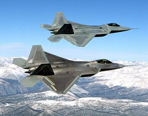 圖為兩架F-22 Raptor戰鬥機。(維基百科)