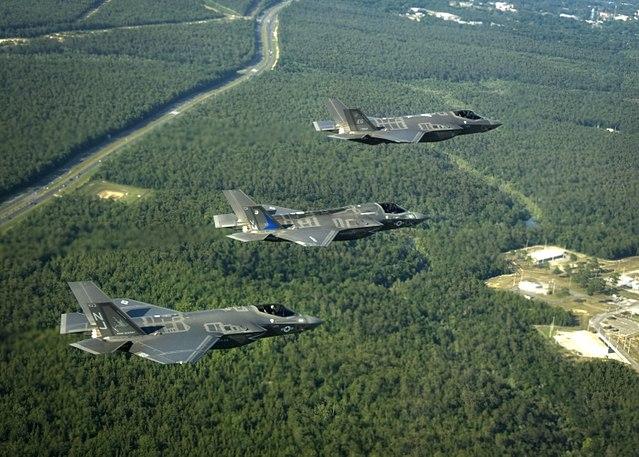 圖為美國空軍三種型號的F-35戰機列隊飛行,從上到下分別是F-35A、F-35B和F-35C。(維基百科)