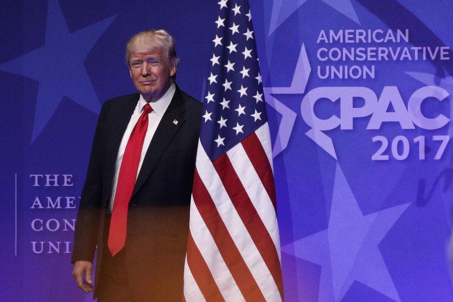 當美國處在共產主義的侵襲下,形勢危急時,特朗普總統的勇氣言行無疑是對紅色攻擊的有力遏制。圖為今年2月24日,特朗普出席「保守派政治活動大會」時即將上台發言的情景。(Alex Wong/Getty Images)