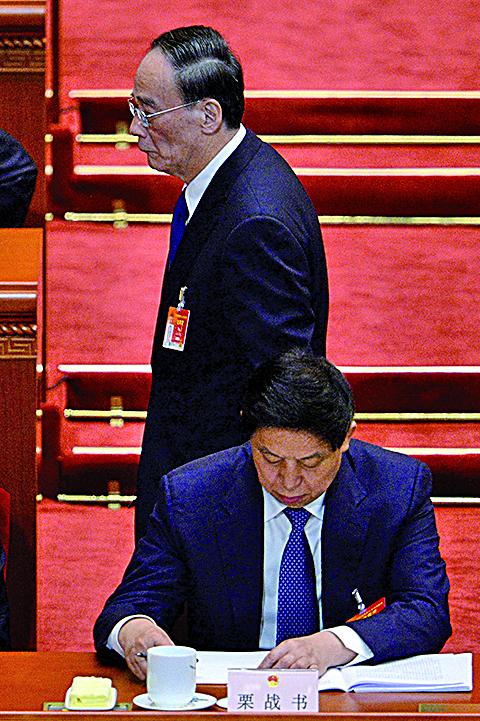 圖為王岐山(後)及栗戰書(前)。(AFP/Getty Images)