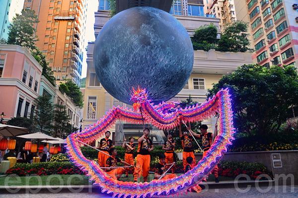 利東街9月28日至10月31日期間,將展示英國藝術家的巨型月亮作品,又會再次舉辦「LED火龍鼓舞賀中秋」活動。(宋碧龍/大紀元)