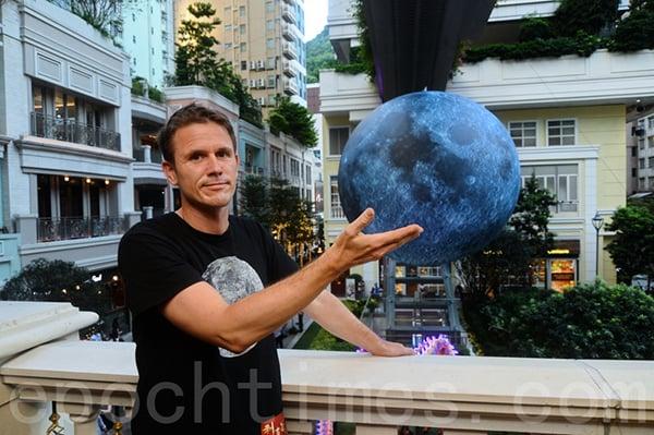 英國藝術家Luke Jerram的「月亮博物館」作品,是按美國太空總署航拍月球陸地真實景觀製作。(宋碧龍/大紀元)