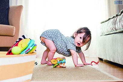 嬰兒不但會模仿成年人的動作,也會學習堅持完成任務的精神。(網絡圖片)