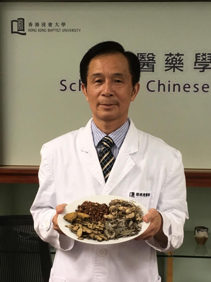 中醫師蔡潯遠以「益腎化瘀泄濁法」治療慢性腎衰竭,有效率超過七成。(張曉慧/大紀元)
