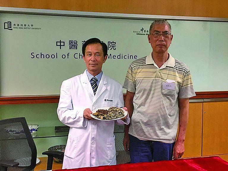 慢性腎衰竭病人黃先生(右)接受中醫師蔡潯遠(左)的治療後腎功能維持在正常指標。(張曉慧/大紀元)