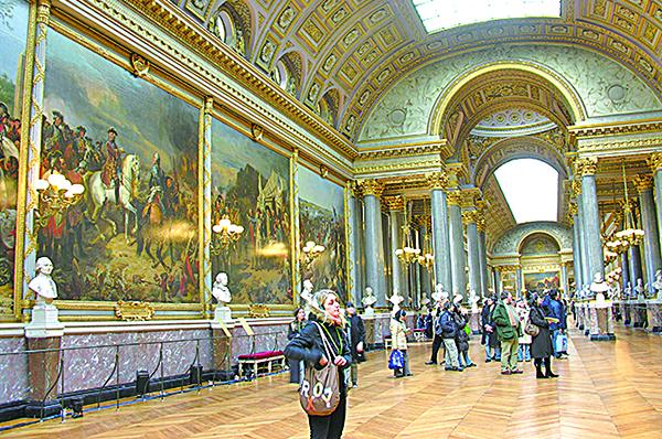 凡爾賽宮內的「歷史畫廊」兩側展示的巨幅油畫,一邊是描寫法國歷代君王或貴族的彪炳戰蹟,另一邊是記錄拿破侖生平的重要戰役。