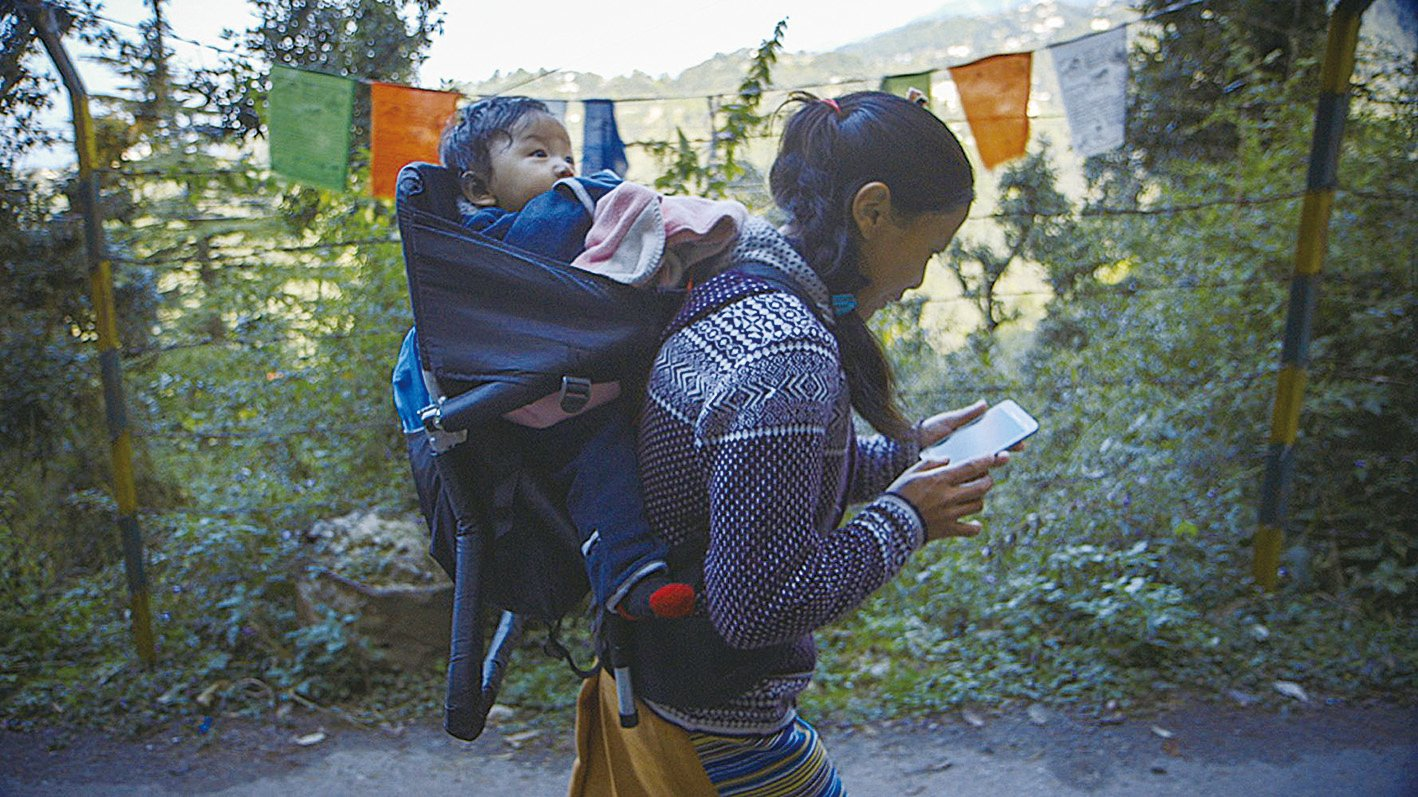 影片其中一幕是逃出大陸的西藏僧人,將在大陸期間通過手機和攝錄機拍攝到的大量中共政府在藏區迫害和嚴厲控制藏人的事實,傳到國際社會。