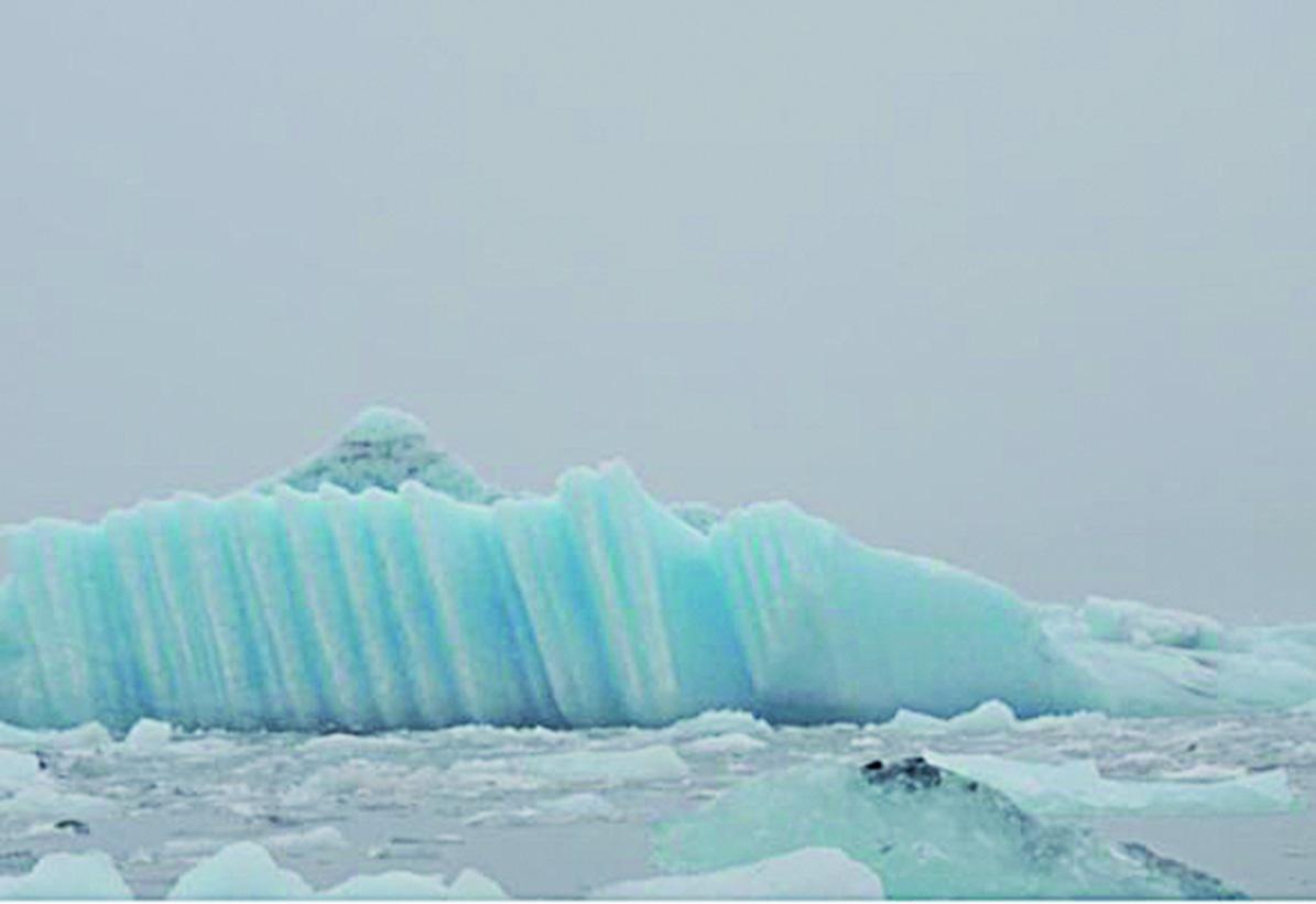 一塊淺藍色的冰——像書架上整齊排列的書。(北國散人)