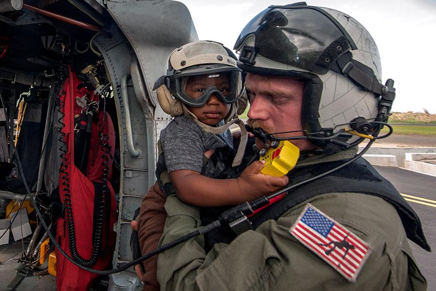 美國軍方幫助救災。(Sean Galbreath/U.S. Navy via Getty Images)