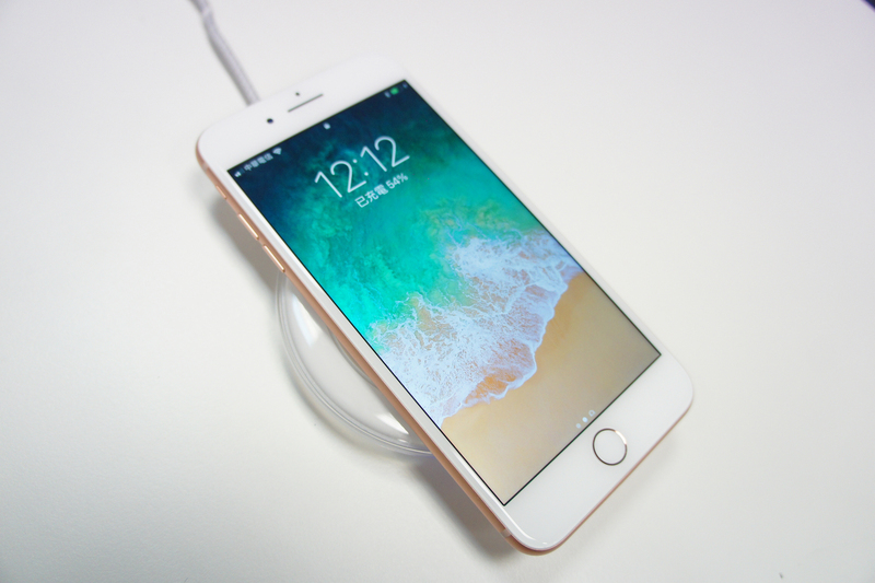 iPhone 8系列新機22日開賣,搭配無線充電板,可使用無線充電功能。(中央社)