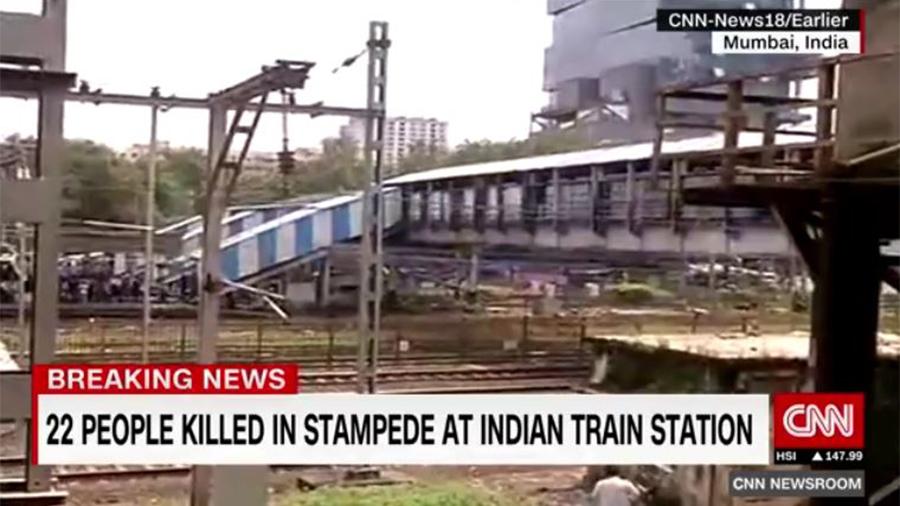 印度孟買車站周五(9月29日)上午約10時30分發生天橋踩踏事件,導致至少22死30多人傷。(視像擷圖)