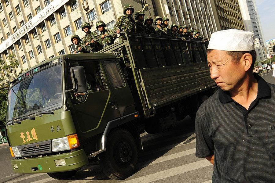 近年來新疆暴力事件頻發,引發關注。圖為2009年7月的新疆街頭景象。(PETER PARKS/AFP/Getty Images)
