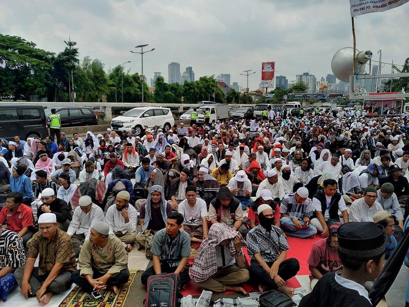 印尼若干穆斯林團體9月29日前往國會前靜坐,抗議印尼共產黨有捲土重來的跡象。(中央社)