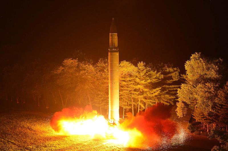 金正日曾兩次欺騙國際社會稱要停止核計劃,騙取眾多援助,使北韓進行了第一次和第二次核試驗。圖為北韓一次導彈試射。(STR/KCNA VIS KNS/AFP)