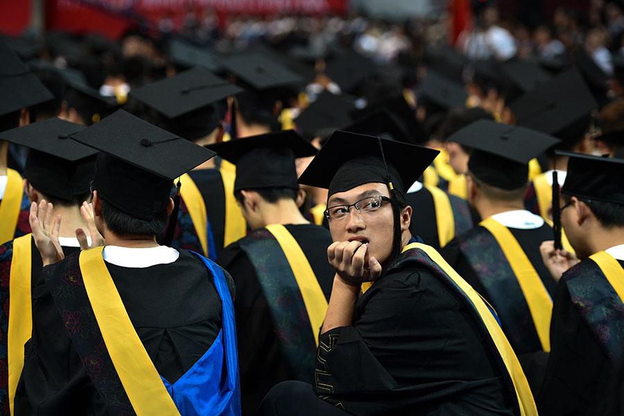 近日,中共教育部聲稱中國高等教育規模「世界第一」,然而專家學者對此持懷疑態度。圖為2017年6月,湖北武漢,一所大學內正在舉行畢業典禮。(STR/AFP)