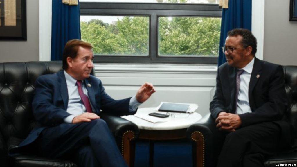 美國眾議院外交委員會主席羅伊斯與世界衛生組織總幹事阿達諾姆會面。(美國眾議院外交委員會/美國之音)