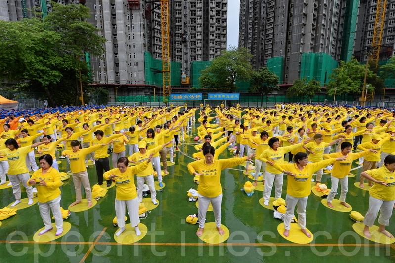 約900名香港及其它地區的法輪功學員上午在長沙灣遊樂場舉行集體煉功。(李逸/大紀元)