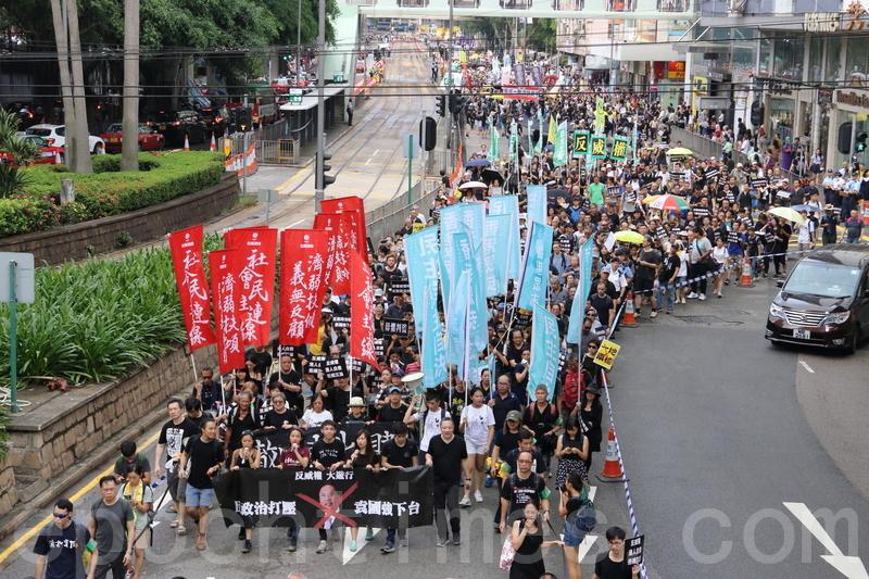 社民連、香港眾志、大專政改關注組、東北支援組及民陣發起「反威權大遊行」。主辦方宣佈有四萬人參加。(蔡雯文/大紀元)