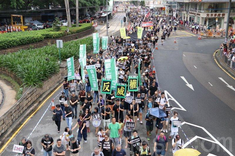 4萬名市民參加由五個團體發起的「反威權大遊行」。(蔡雯文/大紀元)