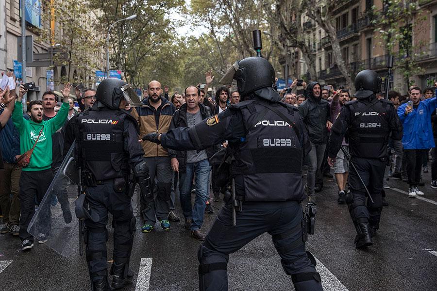 西班牙北部的加泰隆尼亞自治區(Catalonia)周日(1日)舉行獨立公投,警民發生衝突,導致數百人受傷。(Dan Kitwood/Getty Images)