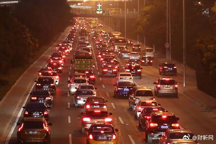 10月1日,大陸黃金周首日,逾1億人次國內出遊,北京、廣東等省市多地高速開啟堵車模式。