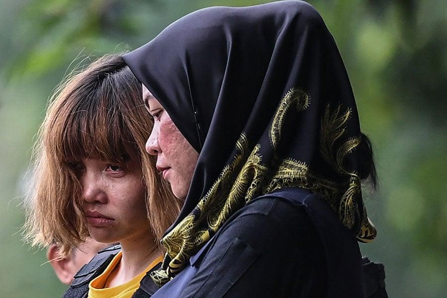 被控謀殺金正男的越南籍女被告段氏香(左,Doan Thi Huong)和印尼籍的席蒂艾莎(Siti Aisyah)3月1日出庭受審。(MOHD RASFAN/AFP/Getty Images)