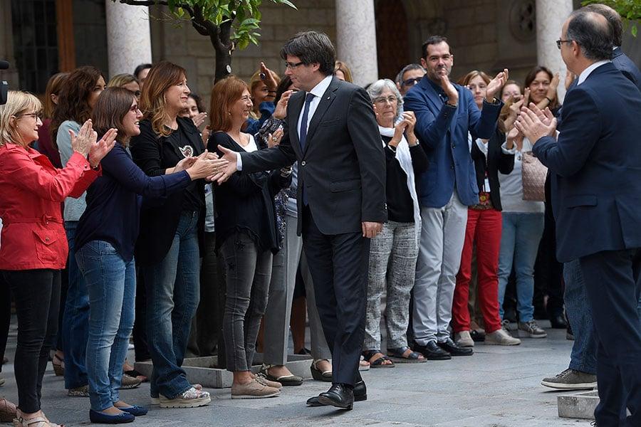 10月2日,加泰羅尼亞自治區政府宣佈有九成選民支持脫離西班牙獨立。圖為自治區政府主席卡萊斯・普伊格蒙特(Carles Puigdemont)與政府員工握手。(LUIS GENE/AFP/Getty Images)