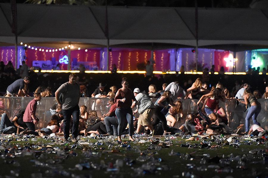 2017年10月1日,美國拉斯維加斯發生槍擊案,現場一片凌亂。(David Becker/Getty Images)