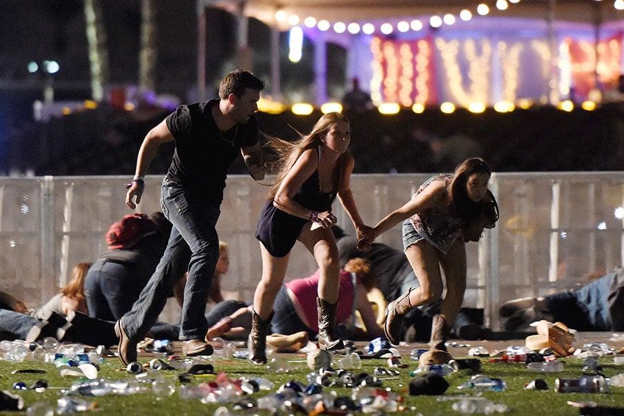 美國賭城拉斯維加斯音樂會現場大約在晚間11點左右出現槍響,民眾開始四處驚慌逃離。(David Becker/Getty Images)