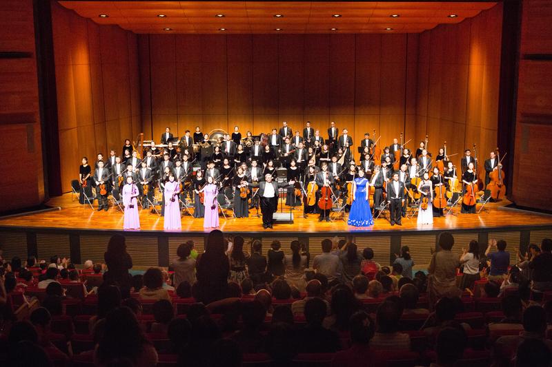 2017年10月1日下午,神韻交響樂團於台中市中山堂演出。音樂家謝幕時,現場爆滿的觀眾掌聲歡聲雷動,安可聲不斷。(陳霆/大紀元)