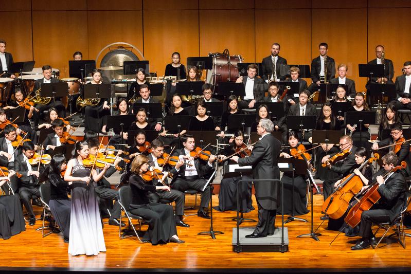 2017年10月1日下午,神韻交響樂團於台中市中山堂演出,圖為小提琴演奏家鄭媛慧在演奏。(陳霆/大紀元)