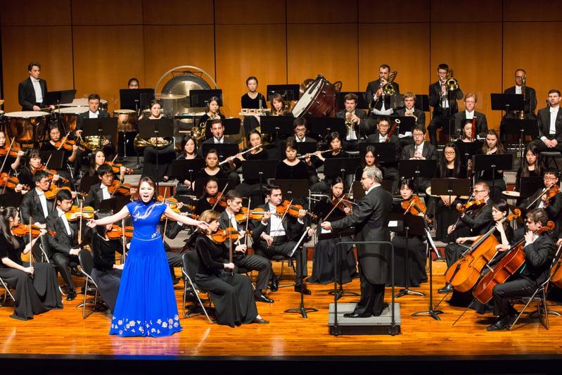 2017年10月1日下午,神韻交響樂團於台中市中山堂演出,圖為女高音歌唱家耿皓藍在演唱。(陳霆/大紀元)