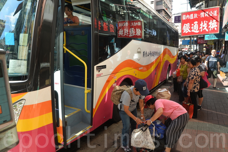 不少跨境直通巴士公司昨日都表示,班次已經恢復正常,但行車時間難以估計。圖為直通巴士乘客在排隊等候上車。(宋碧龍/大紀元)