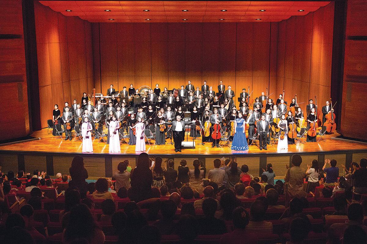 10月1日下午,神韻交響樂團於台中市中山堂演出,音樂家謝幕時安可聲不斷。(陳霆/大紀元)