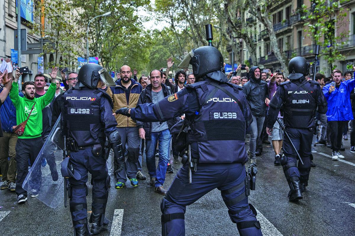 西班牙北部的加泰隆尼亞自治區(Catalonia)周日(1日)舉行獨立公投,警民發生衝突,導致數百人受傷。(Getty Images)