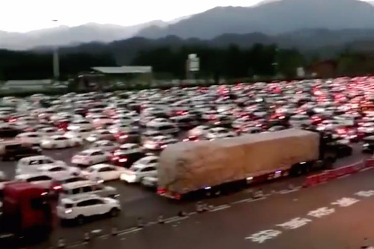 「十一」假期第二天,由於官方實行高速免收路費政策,高速公路堵車非常嚴重。(視像擷圖)