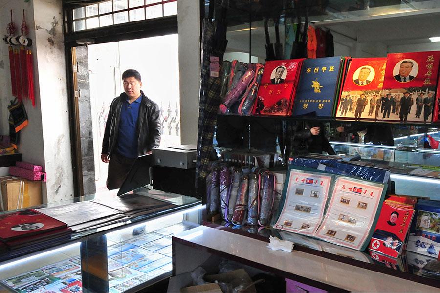 路透社引述當地企業和貿易商的話說,隨著北京當局執行聯合國最新制裁,北韓工人開始離開中國邊境城市丹東。圖為丹東一家商店。(FREDERIC J. BROWN/AFP/Getty Images)
