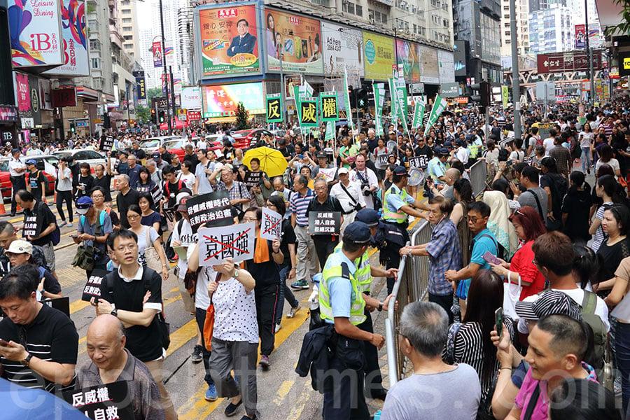 社民連、香港眾志、大專政改關注組、東北支援組及民陣於10月1日在香港發起「反威權大遊行」。(蔡雯文/大紀元)