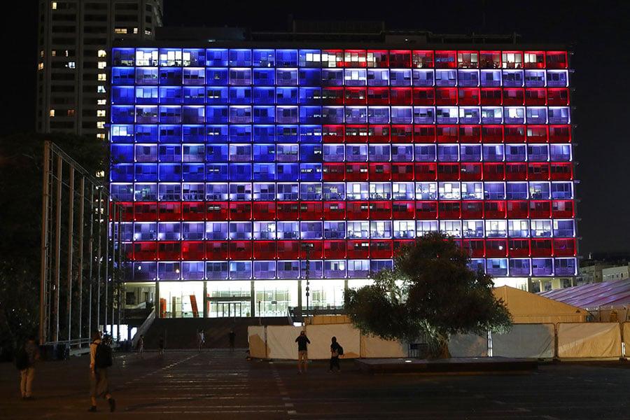 為悼念美國賭城槍擊案遇難者,以色列特拉維夫市府大樓打出美國國旗顏色的燈光。(JACK GUEZ/AFP/Getty Images)